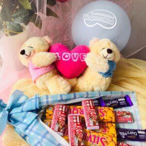 kado valentine buket coklat dan boneka couples